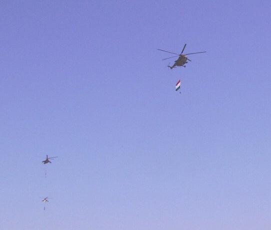 Katonai helikopterek zászlóval